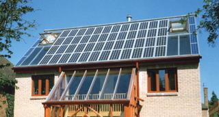 Aktív és passzív napenergia hasznosítás napelemekkel és nagy üvegfelülettel