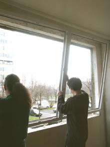 Az új tokkeret behelyezése az ablaknyílásba