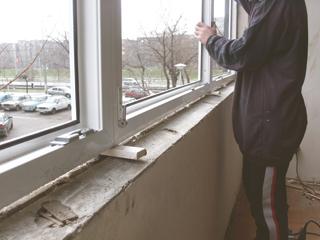 Az új ablakot faékekkel rögzítve állítják be