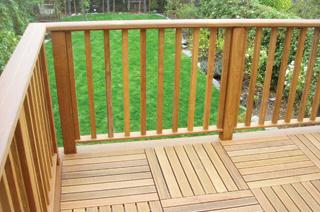 Keményfa kerti bútorokon, teraszfedéseken és korlátokon hatásos a vízlepergető védelmet biztosít a teakfa olajos kezelés is