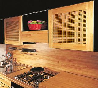 A konyhaszekrény ajtaja érdekessé válik a perforált lemezes betétek használatával