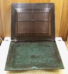 A régi szagszűrő műanyag kosarában van az aktívszenes zsákháló, amibe szitált aktív granulátumot kell tölteni