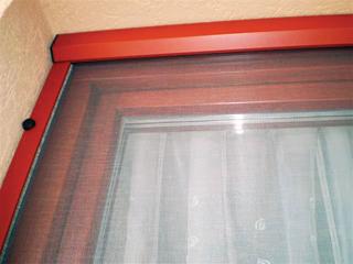 A mobil, lehúzható és felcsévélhető rovarhálók bármilyen ablakra felszerelhetők, a felcsévélt hálót pedig keskeny tokozás fedi