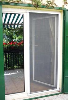 Az ajtókeretes szúnyogháló hátránya, hogy nyitáskor jelentős a helyigénye