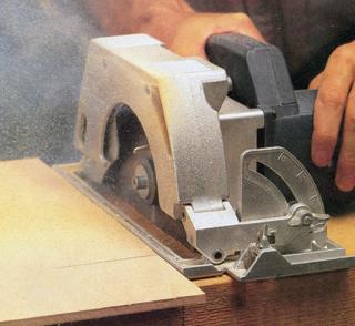 A gép talpát a mellé fogott egyenes felületű darabbal lehet megvezetni