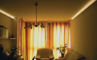 Hangulatos mennyezetvilágítás elrejtésére is kiválóan alkalmasak a polisztirol párkánylécek (www.anro.hu)