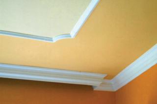 A széles sarokidom falra ragasztott része mögé rejtett fénycső világítás is felszerelhető