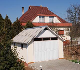A régi parasztház pincelejárójának cserépfedése azonos a tetőével