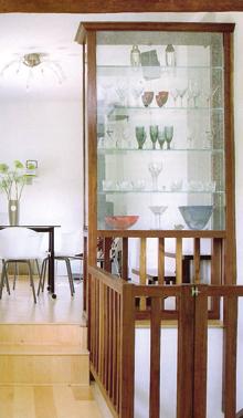 Vitrinhatású, több oldalról is nyitható üvegszekrény