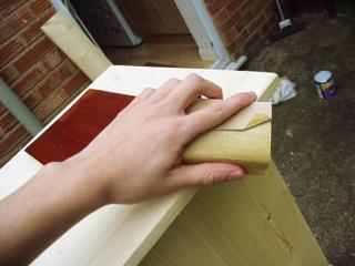Kézzel végzett munkáknál célszerű a csiszolóanyagot idomfára feszítve használni