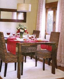 A modern ebédlő egyetlen fali dekorációja a széles, barna kerettel hangsúlyozott, nagy tükör