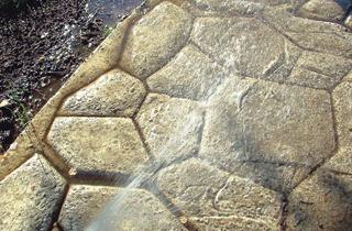 Az osztott bordázatú sablon simított betonra nyomott fugák képzésére ...