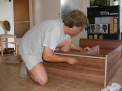 Lapra-szerelt bútorok összeszerelése
