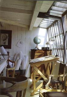 Ebben a műteremben is remek megoldást találtak a világításra. A csíptetős lámpa helyzete tetszőlegesen változtatható.