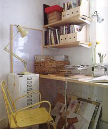 Két mozgatható lámpával is megvilágítják ezt az otthoni munkasarkot. Remek megoldás az árnyékmentes felület létrehozásához