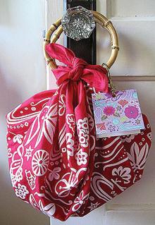 Táskaformára, selyemkendőbe csomagolt ajándék
