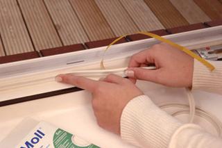 A réstömítő csíkokat széles felületekre célszerű felragasztani