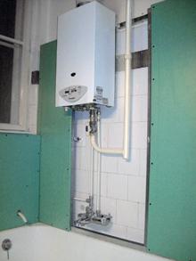 A bojler alatti a csővezetékekhez a leszerelhető panel biztosít könnyű hozzáférést