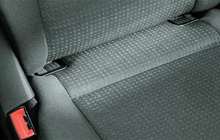 Isofix rögzítési pontok (hegesztett fém szem) a hátsó ülés hát- és ülőlapja között