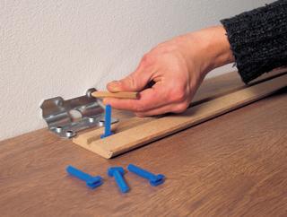 A szegélyidomokat előnyös felfogó kapcsokkal a falra fogatni