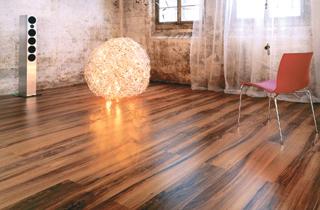 A fény irányába lerakott kontrasztos padlólapok optikailag korrigálják a szoba méreteit