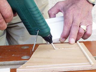 Folyamatos ragasztásnál a darabot gyorsan az olvadt ragasztóba kell préselni