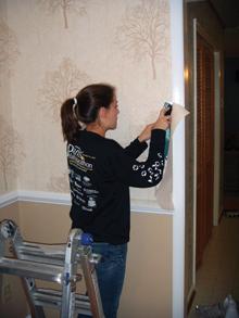 Az ajtókeretek szélén túlnyúló tapétaszélt pontosan illesztve kell leszabni