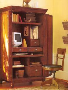 A régi ruhásszekrény rejti az otthoni számítógépes munkahelyet; nagy ötlet kevés pénzből