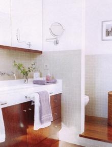 A pengefallal elkülönített wc-t egy lépcsőfokkal magasabbra is emelték, így még jobban elkülönül a fürdőszoba többi részétől.