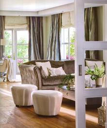 A kanapé egyszerű térbefordításával zárták le a nappali beszélgető részét, mögötte a dolgozósarok.