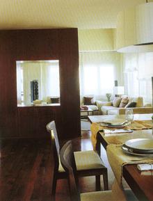 Az ebédlőt nappalitól elválasztó szekrényben létrehozott fülke biztosítja a fény szabad áramlását.