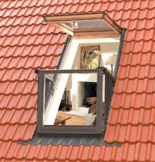 A különleges szerkezetű tetőerkély végső soron osztott felületű tetőablak