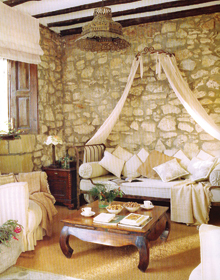 Az egyszerű kovácsoltvas ágyból hengerpárnák és párnarengeteg segítségével alakítottak ki kellemes ülőhelyet