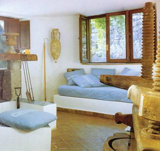 A falazott, festett ágytestre kerülő vastag matrac a párnákkal fekvő- és ülőbútorként is remek