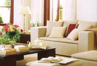 A szögletes formájú és kemény kanapét a párnák teszik kényelmessé