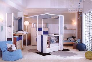 A szokványostól eltérően a szoba közepére került az újonnan érkező baba birodalma. Ez a megoldás, csak nagy alapterület esetén engedhető meg.