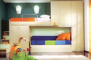 Az emeletes ágyak tartószerkezetei és a fölvezető lépcső is egyben tároló bútorok. Helytakarékos és látványos megoldás.