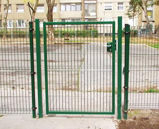 A ponthegesztett kerítéstáblákat az oszlopokon lehet egymás mellé illesztve felerősíteni