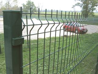 A vastag huzalokból ponthegesztett és merevítésekkel megerősített kerítés táblákból gyorsan készíthető kerítés
