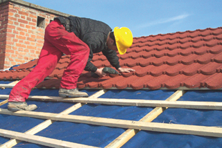 Az azbesztcement palatetőkre kívülről takarólemez, föléje lécezés és acélcserepes fedés kerül