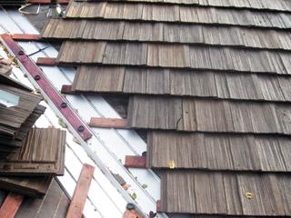 A zsindelylemezek külleme változatos, akár fazsindely utánzatú tetőfedés is készíthető belőlük