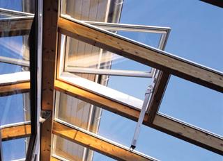 A télikertek átszellőzését hatékonyan javítják a nyitható tetőelemek