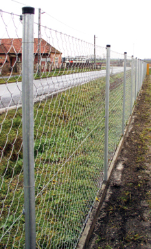 A kerítésfonatot mindig 3-4 vezérhuzalhoz kell erősíteni