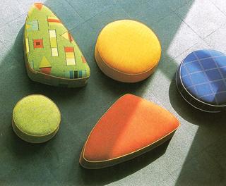 A színükben és formájukban is jókedvű, rugalmas ülőpárnák a gyerekszobák kedvelt darabjai lehetnek.