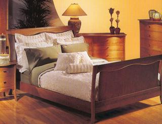 A hengerpárnákkal és díszpárnákkal kiegészített ágynemű alkalmas napközbeni olvasásra és pihenésre.