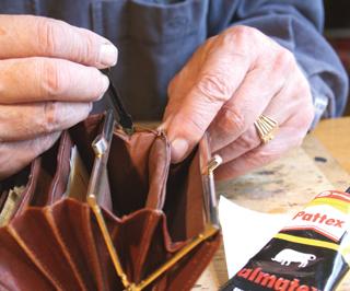 Bőrtárgyak felvált széleit oldószeres bőrragasztóval lehet visszaragasztani
