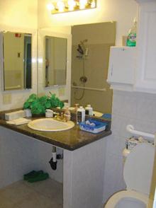 A mosdókagyló alatti részt ne építsük be, így kerekesszékkel is könnyen el lehet férni