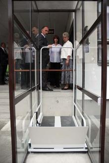 Ha kevés a hely, rámpa helyett mini lifttel is áthidalható néhány lépcsőfok