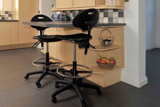 Az emelhető-süllyeszthető székek magassága mindenki számára kényelmesen beállítható