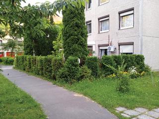 Lakótelepi lakás, saját előkerttel